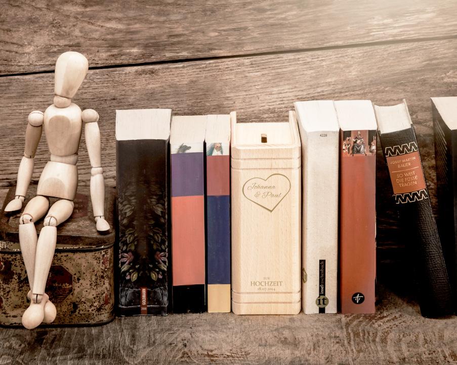 Spardose Buch aus Holz zur Hochzeit mit Herzgravur